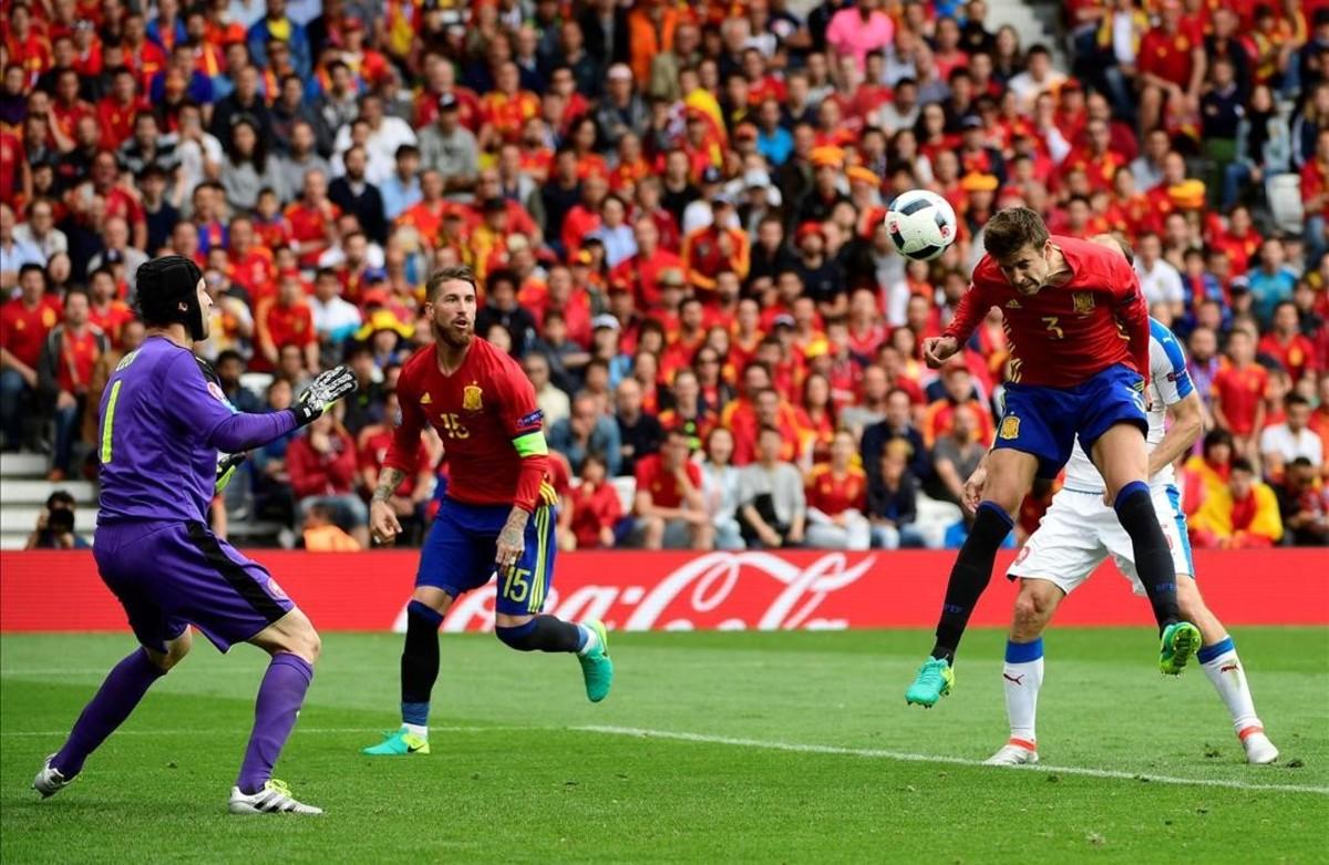 Gerard Piqué supera al portero de laRepública Checa, Petr Cech.