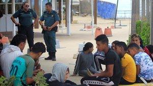 Un grupo de inmigrantes, entre ellos varios menores, esperan en Tarifa (Cádiz) tras ser rescatados en aguas del Estrecho de Gibraltar, en septiembre pasado.