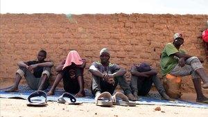 Un grupo de migrantes esperan alojamiento en Agadez, el norte de Níger, antes de retomar su camino hacia Europa.