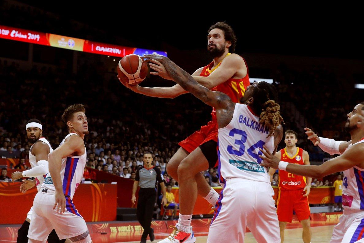 GRAF5283. CANTÓN (CHINA), 02/09/2019.- El base español Sergio Llull (i) entra a canasta ante el ala-pívot puertorriqueño Renaldo Balkman (d) durante el partido correspondiente al Grupo C de la primera fase del Mundial de baloncesto 2019 que tiene lugar en China, disputado este lunes en el Guangzhou Gymnasium de Cantón. EFE/Juan Carlos Hidalgo
