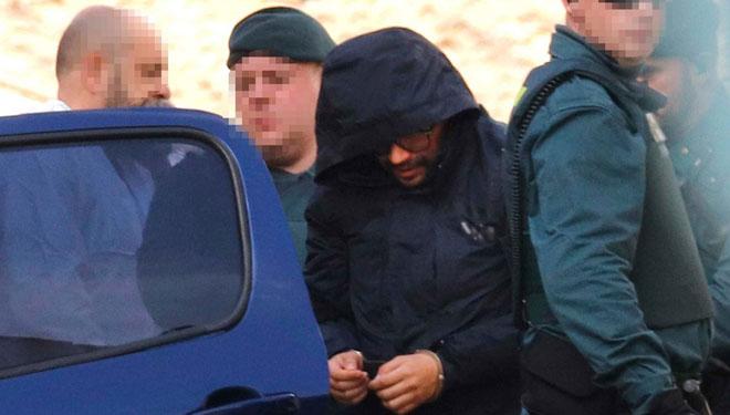 El presunto asesino de Marta Calvo asiste al registro de su domicilio.