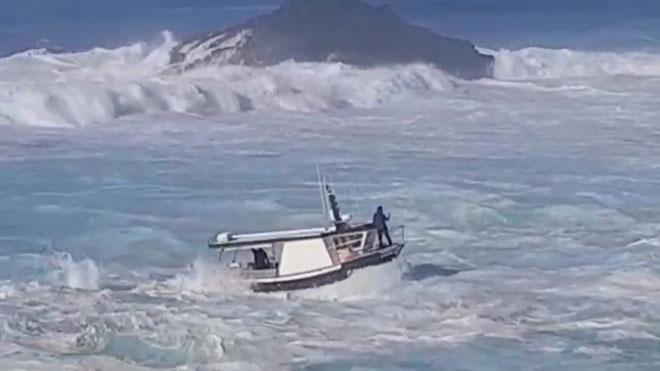 Heroica maniobra para entrar al puerto de Tapia de Casariego.