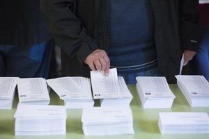 Un hombre ante las papeletas de voto, en las elecciones al Parlament del 2017.