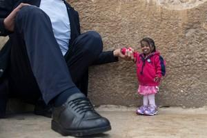 EPA7090. GUIZA (EGYPT), 01/26/2018.- La mujer más pequeña del mundo, la hindú Jyoti Amge, y el hombre más alto del mundo, el turco Sultan Kosenposan para una foto frente a la Pirámide de Guiza (Egipto) hoy, 26 de enero de 2018. Kosen, de 2,43 m y Amge, de 62,8 m, están de visita en Egipto para promover el turismo en el país. EFE/ Mohamed Hossam