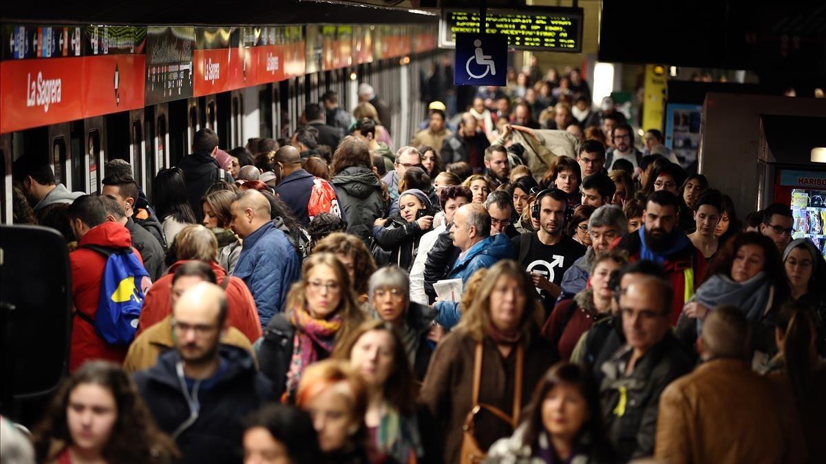 Estación de metro de La Sagrera a primera hora de la mañana colapsada a consecuencia de la huelga del 8 de Marzo