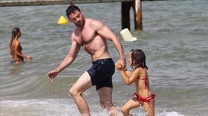 Una imagen de archivo en la que Hugh Jackman y su hija Ava se bañan en una playa de Saint Tropez.