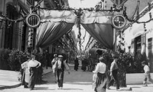 La calle de Bonavista decorada para las fiestas de Gràcia de 1914.