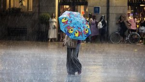 Imagen de archivo de lluvias en la plaza de la catedral en Barcelona.