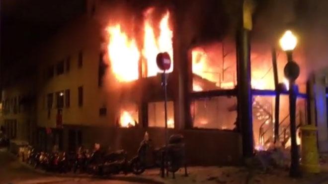 Imágenes del incendio en la calle de Balmes, en Barcelona.