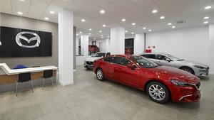 Interior de un concesionario de Mazda.