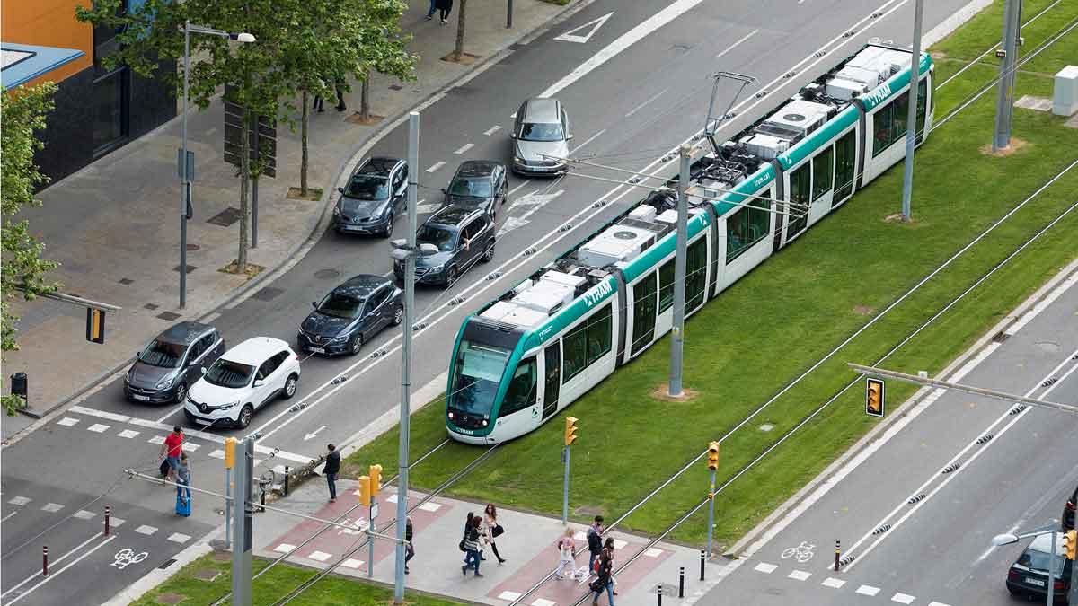 Janet Sanz, teniente de alcalde de Movilidad del Ajuntament de Barcelona, anuncia que volverán a llevar al pleno la conexión del tranvía por la Diagonal. En la imagen, un tranvía circula por la Diagonal, cerca del Fòrum.