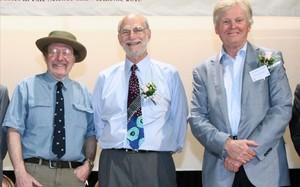 Jeffrey CHall,Michael Rosbashy Michael WYoung, los premios Nobel del 2017.