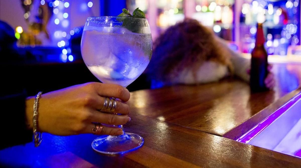Un gin tonic en la barra de un bar de copas de Barcelona.