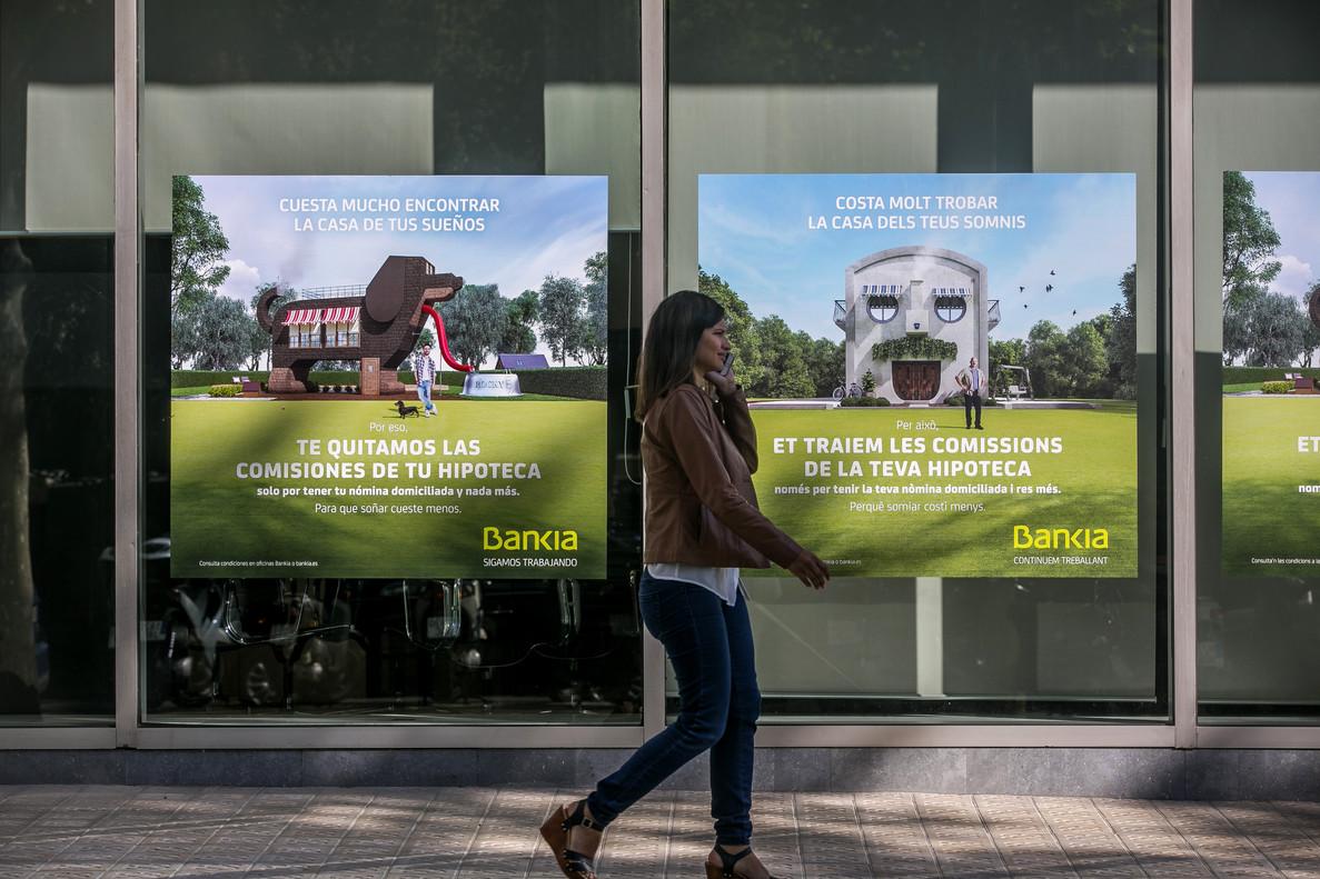 Publicidad de oferta de hipotecas en oficinas bancarias.