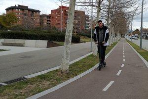 Un joven pasea en patinete eléctrico por Sant Boi