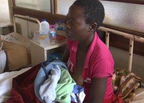 La joven de Zimbabue Tariro Guvakuva dio a luz en un árbol donde se protegía del ciclón Idai.