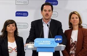 El eurodiputado del PP, Carlos Iturgáiz, junto a la candidata del PP en Bizkaia, Nerea Llanos, y expresidenta del partido en el País Vasco,Arantxa Quiroga.