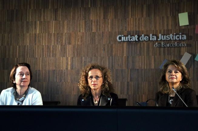 La jueza decana de Barcelona, Mercè Caso, junto a la fiscal provincial, Concepción Talón y la decana de LHospitalet, Lidia Ureña, durante su comparecencia