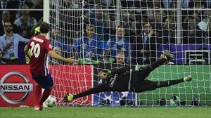 Keylor Navas detiene a Juanfran el penalti que dio al Madrid la 'undécima en Milán.