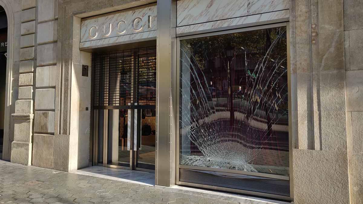 Ladrones asaltan la tienda de Gucci de Barcelona tras lanzar un vehículo contra el escaparate.