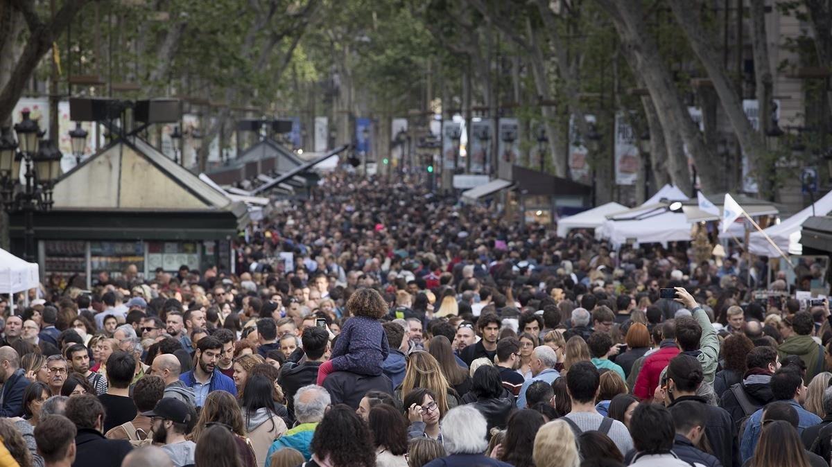 Las Rambles, llenas de gente, el día de Sant Jordi