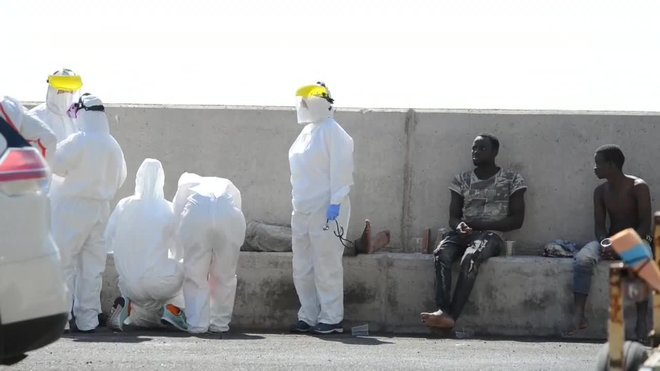 Inmigrantes rescatados de dos pateras y tres cayucos desembarcados en Gran Canaria, El Hierro y Tenerife.