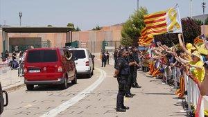 Un grupo de manifestantes, a la llegada de los políticos presos a la cárcel de Lledoners, el pasado 26 de junio.