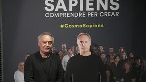 Ferran Adrià, con su réplica, en la entrada de la exposición Sapiens. Comprendrepercrear en CoscoCaixa.