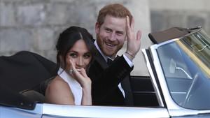 Meghan luce el anillo que perteneció a Diana yle ha regalado Enrique, el sabado en Windsor.
