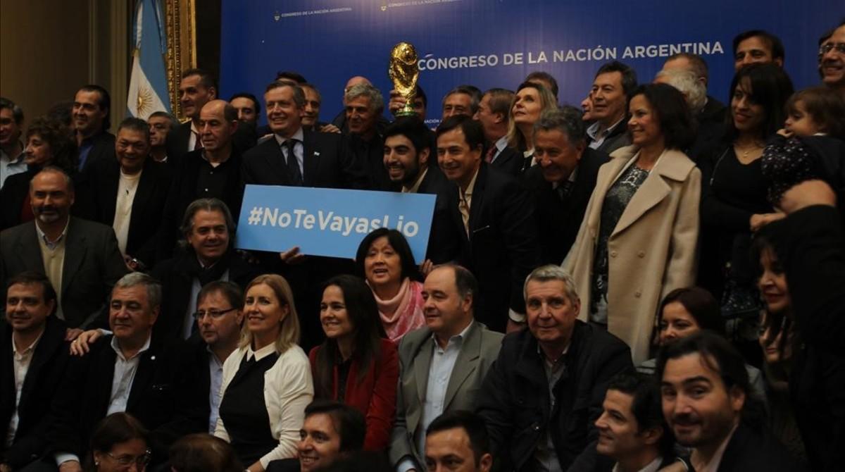 Los campeones del mundo de 1986 reclaman que Messi siga en la selección.