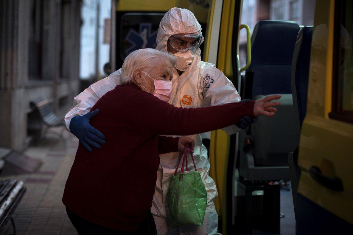 GRAF2495. CELANOVA (OURENSE), 27/03/2020.- Los casos por coronavirus en residencia de Celanova ascienden a 62. La residencia San Carlos de Celanova ha registrado 31 nuevos casos positivos de ancianos además de 17 trabajadores, convirtiéndose en uno de los principales focos de coronavirus en Galicia. En la imagen, trabajadores sanitarios trasladan hoy viernes a ancianos que han dado positivo en el test de coronavirus, desde la residencia de mayores San Carlos de Celanova a la residencia de Baños de Molgas. EFE/Brais Lorenzo