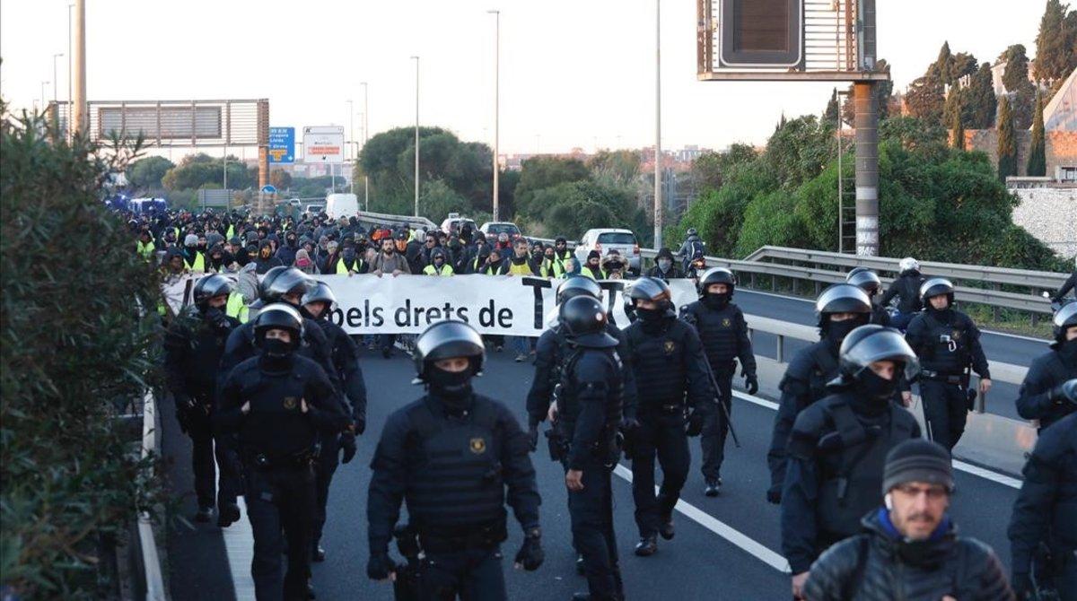Los Mossos controlan el corte de los CDR en la Ronda Litoral de Barcelona, a la altura deCan Tunis.