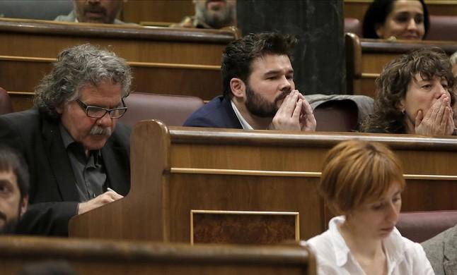 Los diputados de ERC Joan Tardà y Gabriel Rufián, durante la intervención de Pedro Sánchez en el debate de investidura.