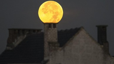 La luna llena sobre la chimenea de una casa en Bruselas.