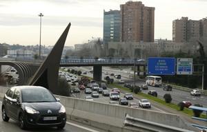 Cientos de vehículos circulan por la M-30, vía de circunvalación que rodea Madrid