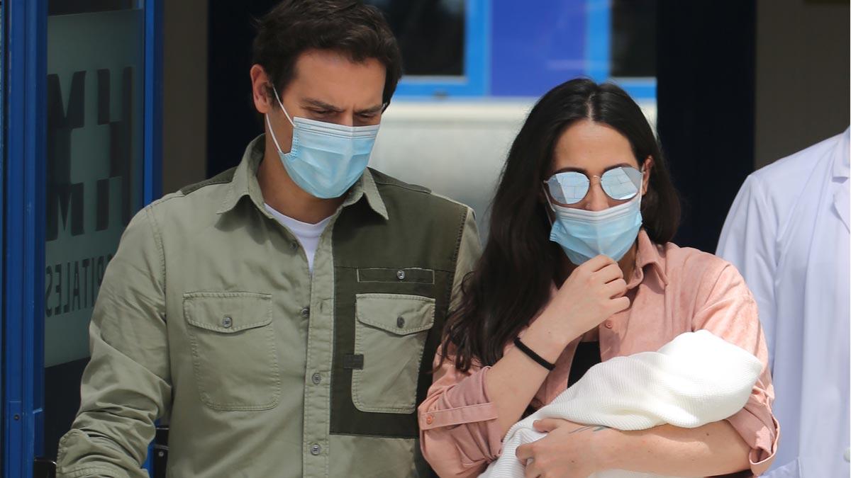 Malú y Albert Rivera abandonan el hospital con su hija Lucía.