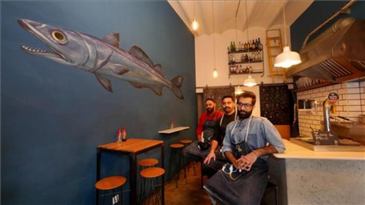 Mani Alam, su hermano Magid y su cuñado Bilal en el mini restaurante. Foto: Ricard Fadrique