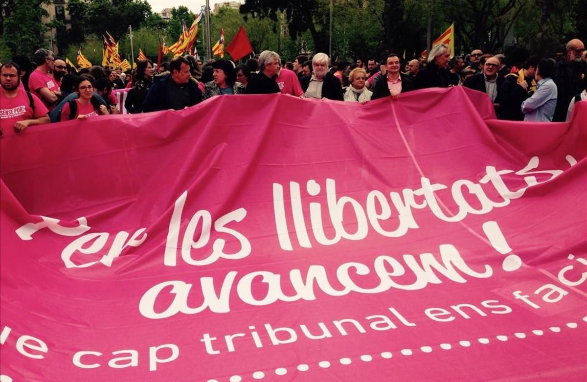 Manifestación de la CUP en apoyo a los cargos investigados por el Constitucional y en defensa de la desobediencia.