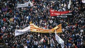 Miles de personas se manifiestan en Barcelona el 14 de diciembre del 1988, día de huelga general.
