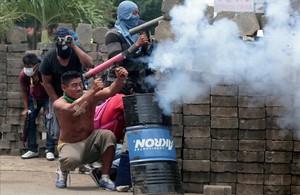 Manifestantes utilizan armas caseras para lanzar proyectiles contra la policía nicaragüense.