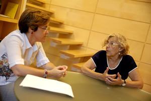Manuela Carmena, alcaldesa de Madrid, junto a Purificación Causapié, portavoz del PSOE en el ayuntamiento.