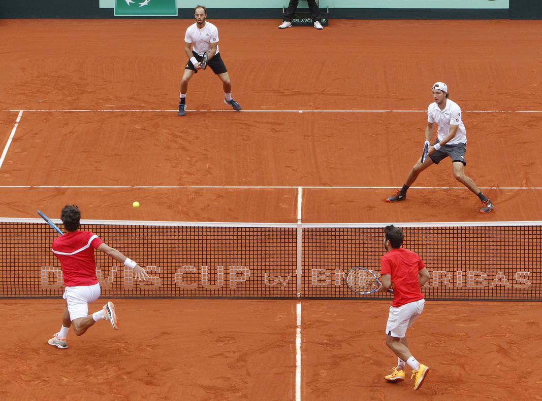 Los dobles de España e Inglaterra disputan un punto, en la plaza de toros de Valencia.
