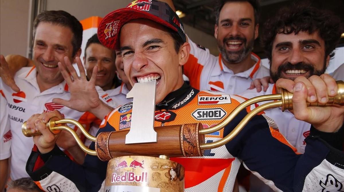 Marc Márquez muerde a lo Rafa Nadal el trofeo del GP de EUU, que ha ganado siempre.