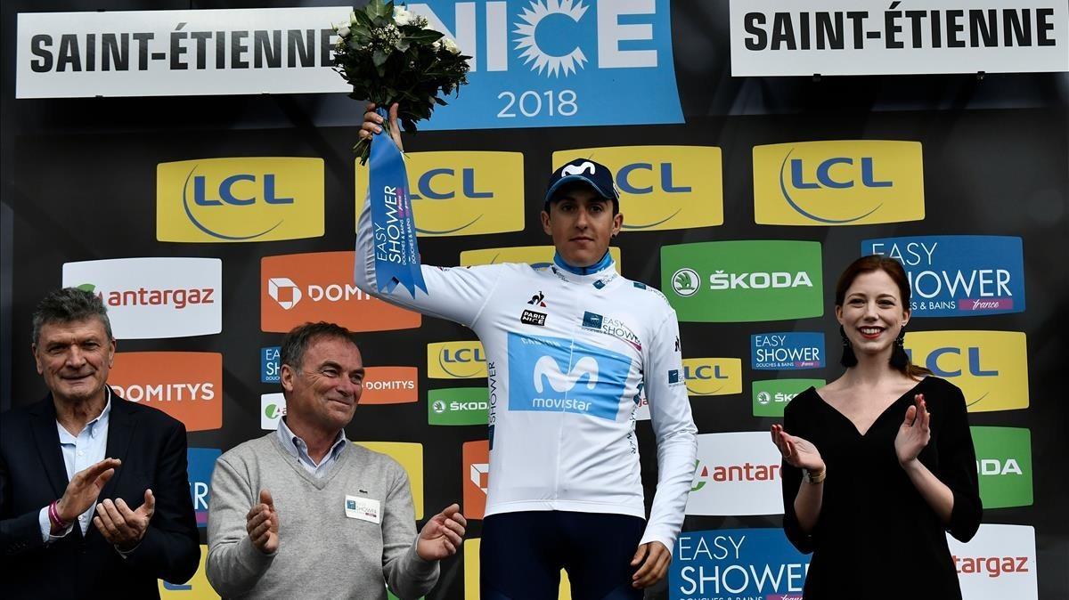 Marc Soler, aplaudido por Thevenet e Hinault, con el maillot blanco del mejor joven de la París-Niza.