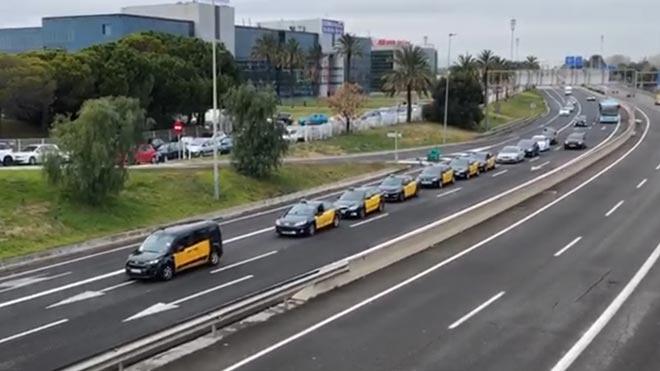 Marcha lenta de taxistas en la entrada de la Gran Vía a Barcelona desde El Prat.