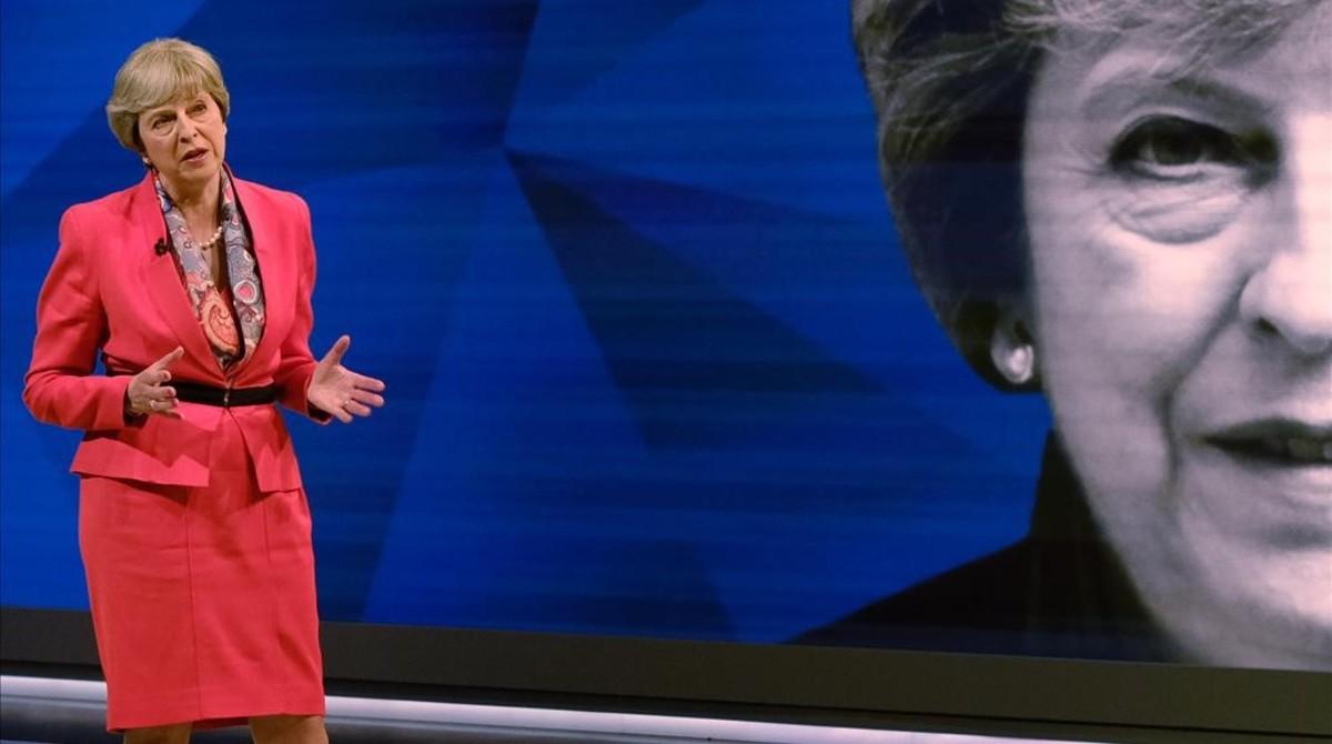 May contesta a las preguntas de la audiencia en el plató, en el especial The Battle for Number 10, el 29 de mayo, en Londres.