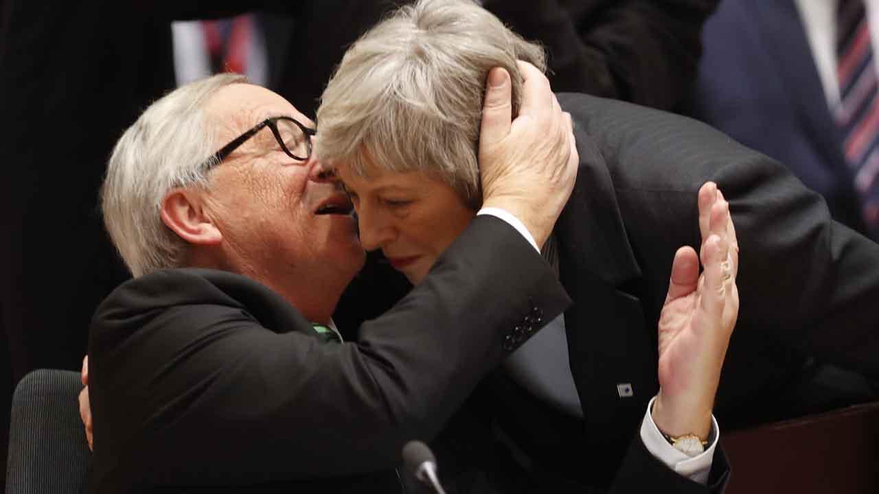 May recrimina a Juncker que le llame nebulosa, en un Consejo Europeo de alta tensión.
