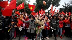 Miles de aficionados vietnamitas esperan la llegada de los jugadores de fútbol de la selección sub-23, en Hanoi, el 28 de enero.
