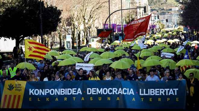 Miles de personas se manifiestan en San Sebastián en apoyo de los líderes independentistas presos.