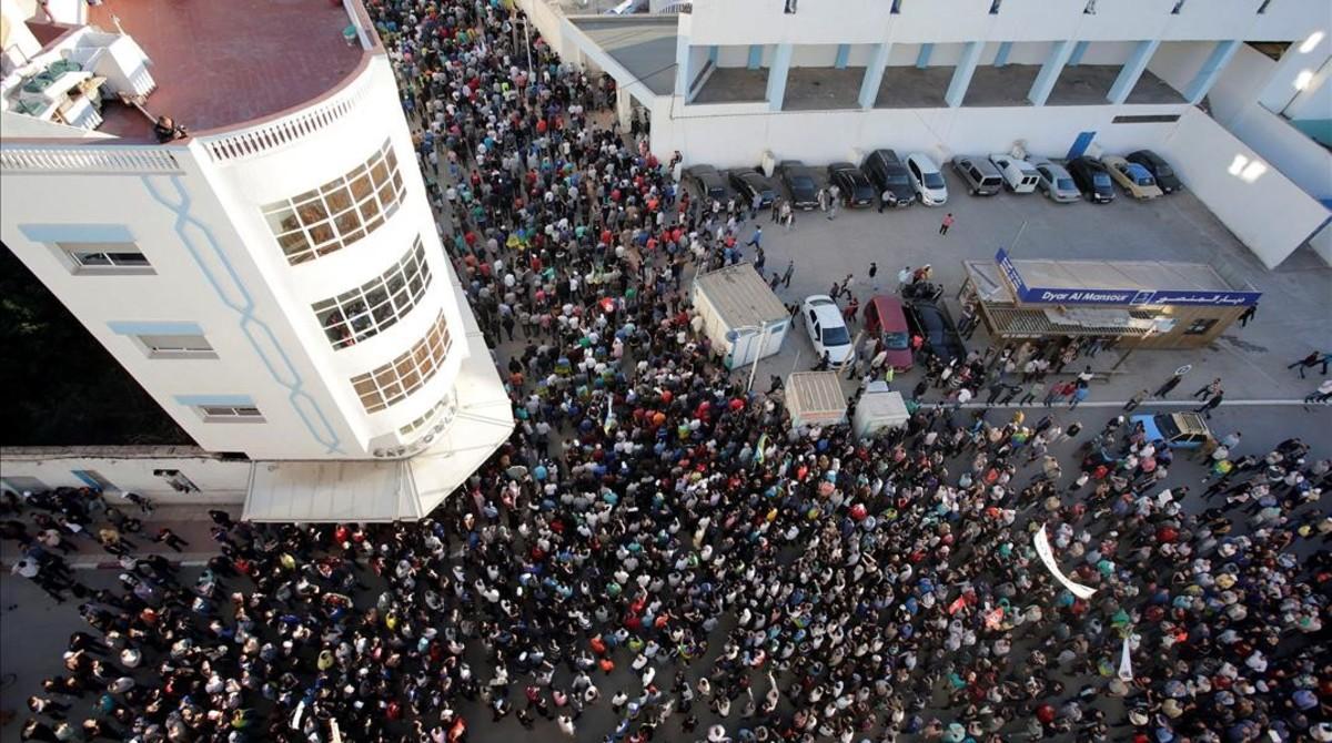 Miles de rifeños participan en la marcha durante la huelga general en Alhucemas, el 18 de mayo.